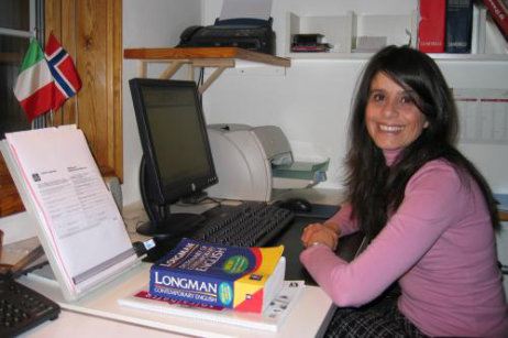 Enrica Sollaino ved PC med dokumenter