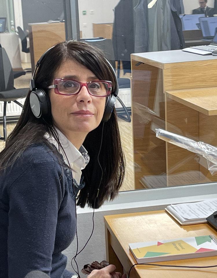 Enrica på jobb som tolk, med headset.